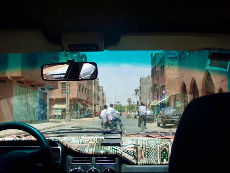 626モロッコ マラケシュ 下町スタクシー中から